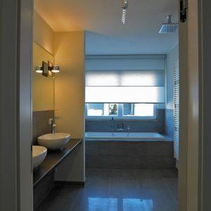 ook in de badkamer Japanse rolgordijnen van Wood en Washi vraag het aan Protectsun.nl in Amsterdam